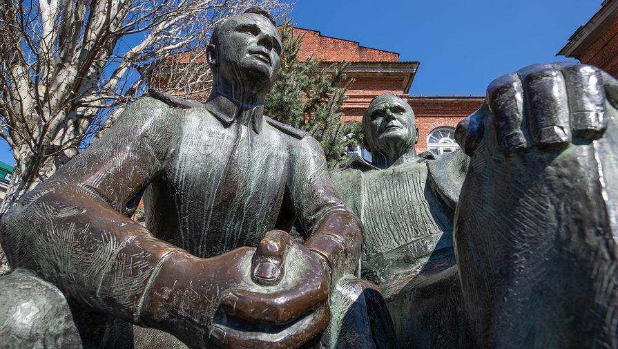 Памятник Юрию Гагарину и Сергею Королеву скульптора Олега Комова на улице Чехова в Таганроге