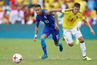 Сборной Колумбии в целом удалось сдержать Неймара (слева)