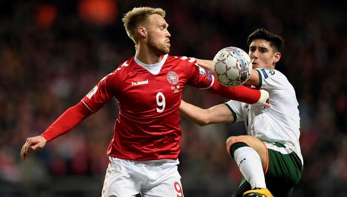 Нападающий сборной Дании Николай Йоргенсен и полузащитник команды Ирландии Каллум О'Доуда во время...