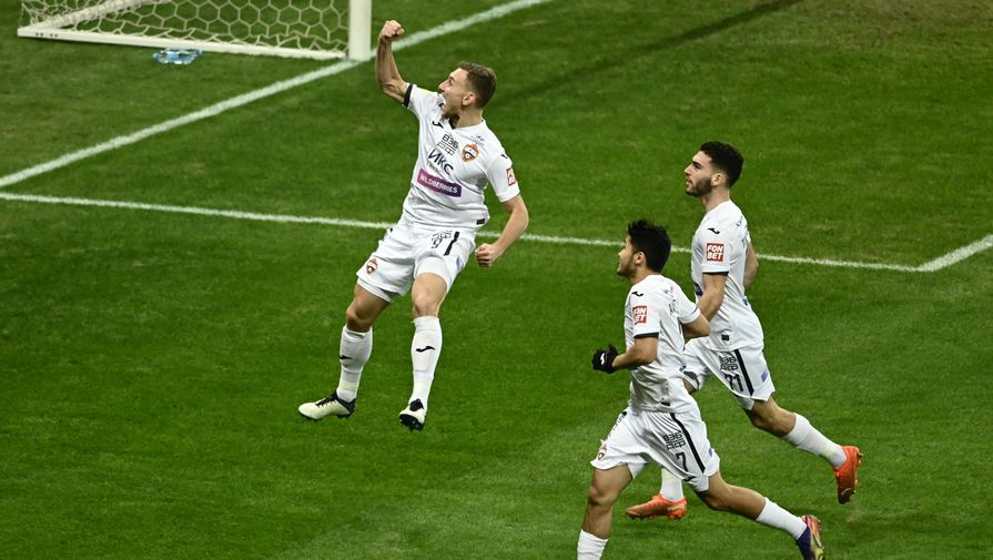 игроки ЦСКА празднуют гол