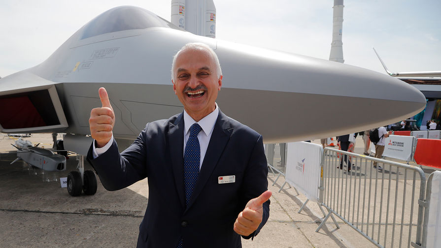 Гендиректор Turkish Aerospace Темел Котил около истребителя TF-X на авиасалоне в Ле-Бурже, 2019 год