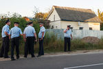Сотрудники полиции удома семьи Черниковых вгороде Озеры