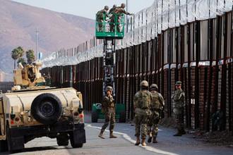 Американские морпехи во время установки колючей проволоки на стену между Мексикой и США в штате Сан-Диего, 15 ноября 2018 года