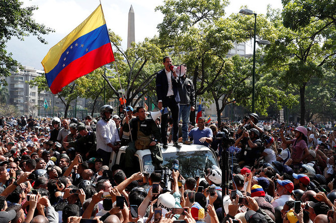 Лидер оппозиции Венесуэлы и самопровозглашенный президент Хуан Гуайдо со сторонниками во время демонстрации в Каракасе, 30 апреля 2019 года