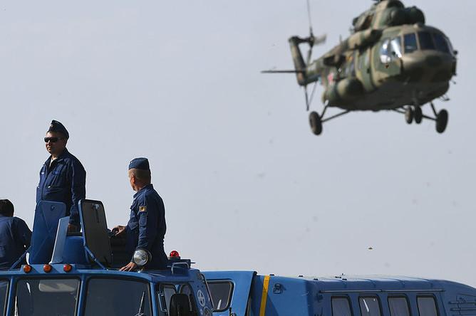 Сотрудники «Роскосмоса» перед посадкой спускаемого аппарата пилотируемого корабля «Союз МС-11» в Казахстане, 25 июня 2019 года
