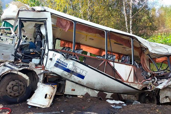 На месте ДТП с автобусом и фурой на 20-м километре дороги «Ярославль-Заячий холм-Иваново»