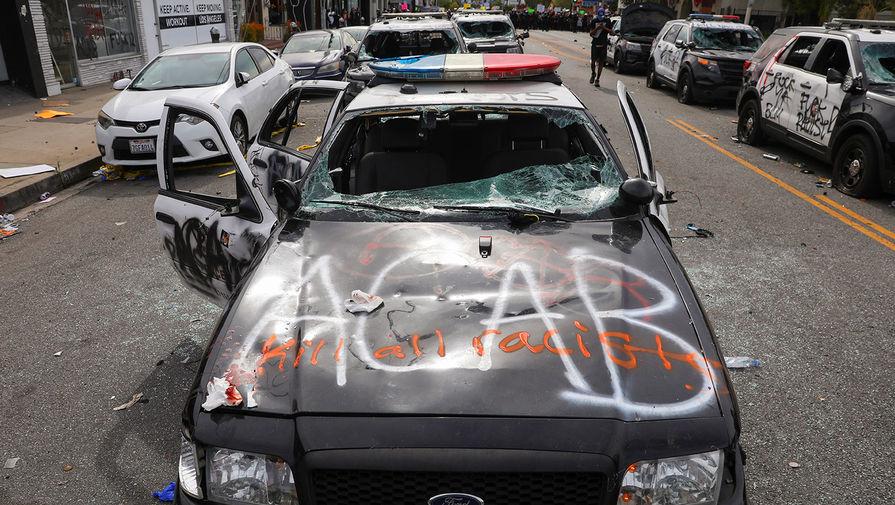 Полицейский автомобиль поврежденный в ходе беспорядков в Лос-Анджелесе, Калифорния