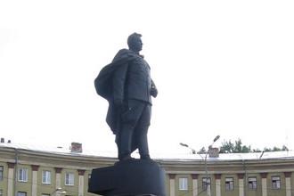 Памятник генералу Черняховскому в Воронеже. Был перевезен сюда из Вильнюса в 1992 году
