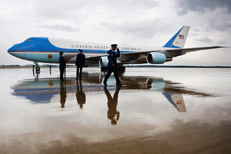 Boeing VC-25 введен в эксплуатацию в 1990 году еще во время президента Джорджа Буша-Старшего. Барак Обама стал четвертым президентом, использующим этот самолет в качестве «борта номер один». Выпущенные два самолёта с бортовыми номерами 28000 и 29000 являются ранней модификацией Boeing 747-200B