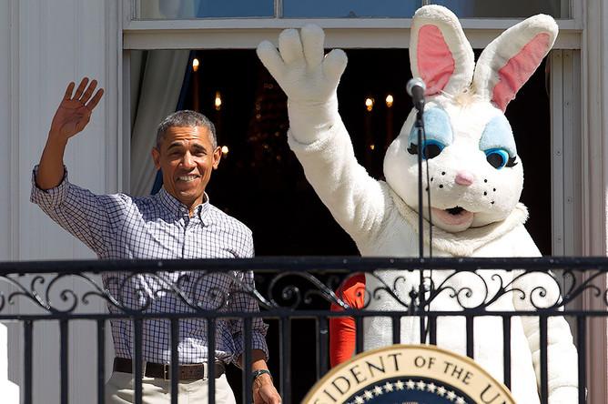 В начале своего правления Обама был настоящей поп-звездой в США. Его мягкая харизма и умение говорить покорили массовый американский электорат. На фото — Барак Обама и пасхальный кролик приветствуют соратников