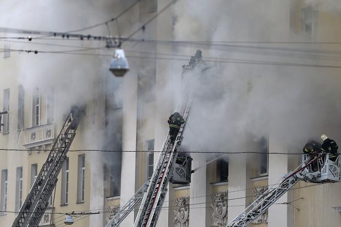 На месте тушения пожара в здании Министерства обороны России