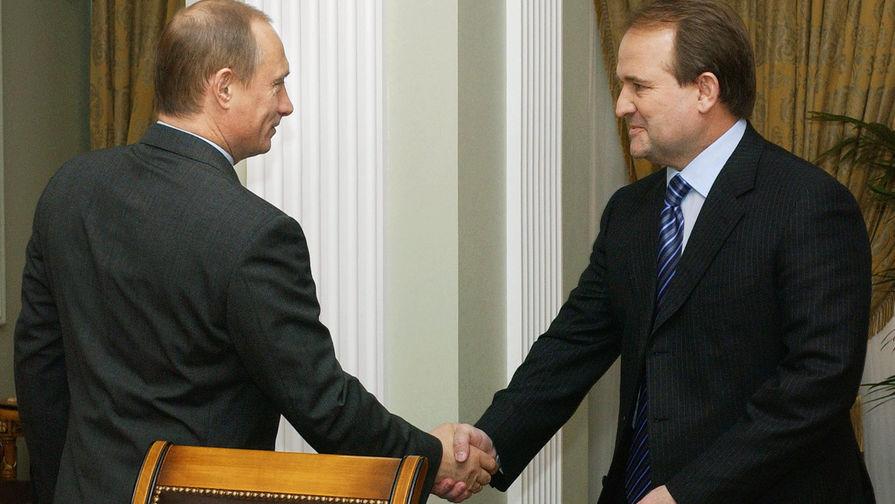 Президент России Владимир Путин и глава администрации президента Украины Виктор Медведчук перед...