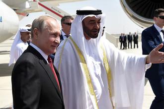 Президент России Владимир Путин и наследный принц Абу-Даби, заместитель верховного главнокомандующего вооружёнными силами Объединённых Арабских Эмиратов Мухаммед бен Заид Аль Нахайян во время встречи в аэропорту Абу-Даби, 15 октября 2019 года