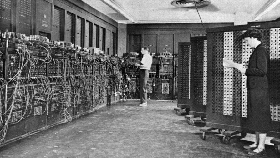 Глен Бек и Элизабет Снайдер программируют ENIAC в Лаборатории баллистических исследований (BRL) в Филадельфии, Пенсильвания
