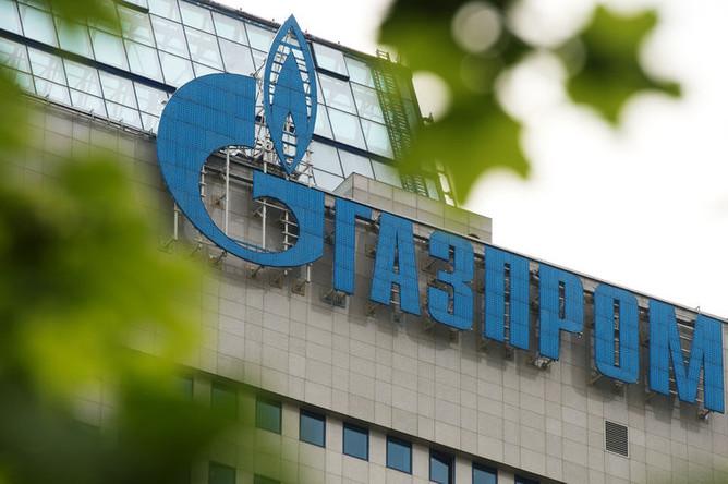 Вывеска на офисном здании компании «Газпром»