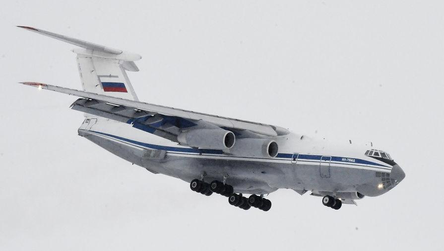 Самолет Ил-76 российских ВКС с российскими гражданами, эвакуированными из КНР в связи с распространением коронавируса, садится в тюменском аэропорту Рощино, 5 февраля 2020 года