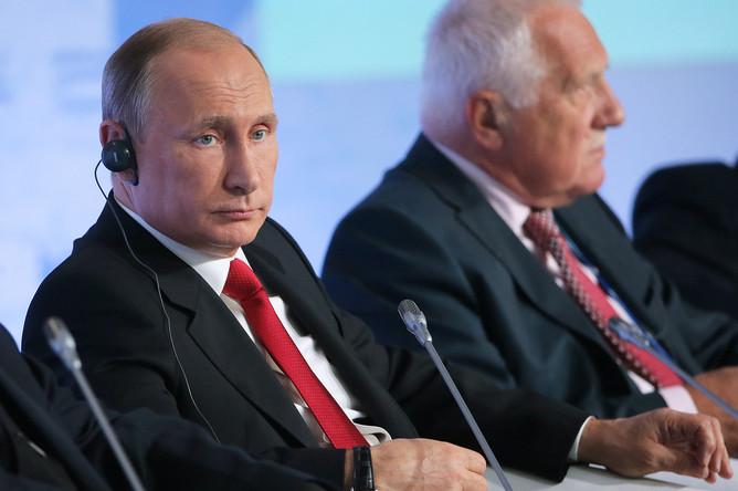 Владимир Путин и экс-президент Чехии Вацлав Клаус (слева направо) на пленарной сессии XII заседания Международного дискуссионного клуба «Валдай»