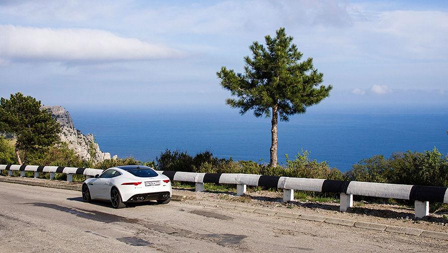 При поездке по Крыму выбирайте дороги, проходящие вдоль моря. Например, из Керчи в Севастополь лучше проехать через Судак, Алушту и Ялту. Времени на такой маршрут будет затрачено больше, но головокружительные виды это окупят с лихвой