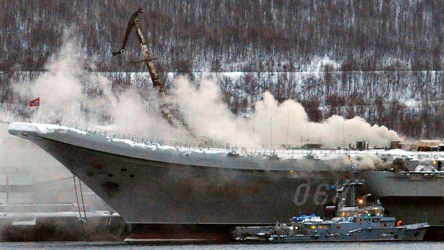 Во время пожара на тяжелом авианесущем крейсере «Адмирал Кузнецов» в Мурманске, 12 декабря 2019 года