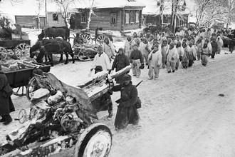 6 декабря 1941 года. Разгром немецко-фашистских войск под Москвой. Начало контрнаступления Красной армии. Советские войска проходят по улице освобожденной деревни