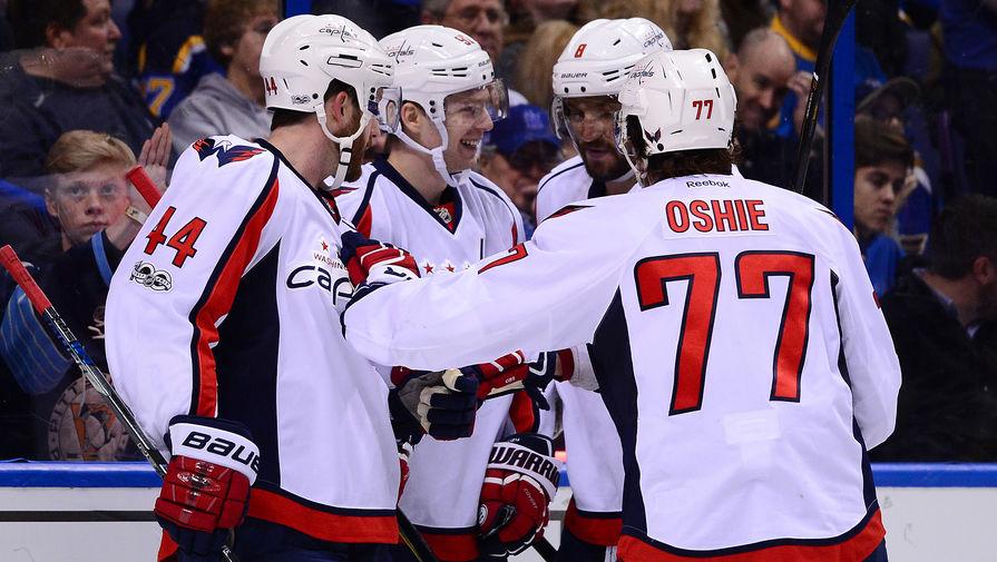 Хоккеисты «Вашингтон Кэпиталз» Брукс Орпик (44), Евгений Кузнецов, Александ Овечкин и Ти Джей Оши (77) празднуют гол в ворота «Сент-Луиса»