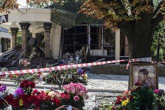 Цветы у здания кафе «Сепар» в Донецке, где произошел взрыв в результате которого погиб глава ДНР Александр Захарченко, 2 сентября 2018 года