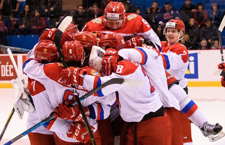 Хоккеисты российской молодежной сборной празднуют победу в серии с канадскими сверстниками