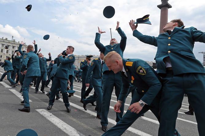 Выпускники Санкт-Петербургского университета ГПС МЧС России во время вручения дипломов на Дворцовой площади в Санкт-Петербурге, 21 июня 2019 года