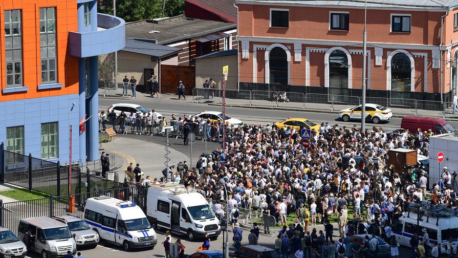 Люди перед зданием Мещанского суда в Москве в день оглашения приговора по делу «Седьмой студии», 26 июня 2020 года