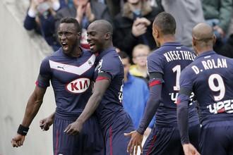 Людовик Сане празднует с партнерами забитый мяч в ворота ПСЖ