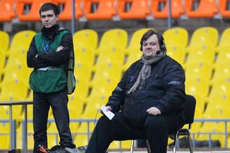 Василий Уткин (справа) во время работы с бровки на одном из матчей РФПЛ