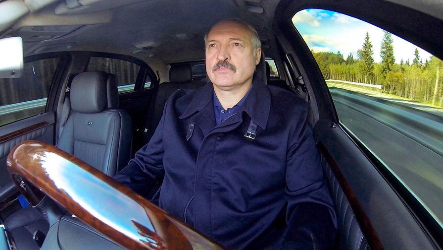 Александр Лукашенко совершает ознакомительную поездку по открывшемуся участку второй кольцевой дороги, 6 октября 2015 года