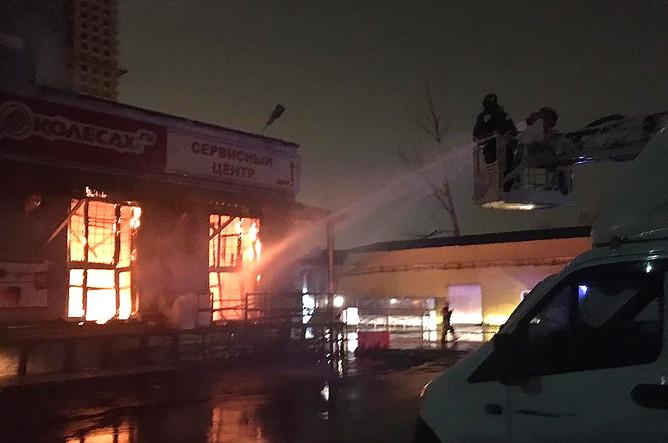 На месте тушения пожара в складских помещениях на Амурской улице, 21 октября 2019 года