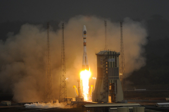Ракета Ariane-5 с двумя спутниками стартовала с космодрома Куру