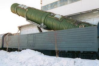 Подъем пусковой установки межконтинентальной баллистической ракеты на БЖРК (боевом железнодорожном ракетном комплексе), 2002 год