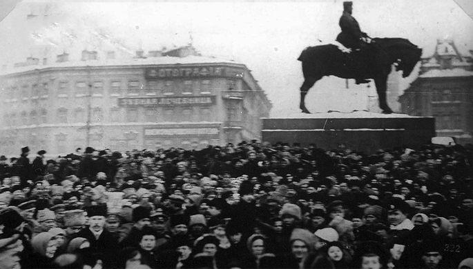 <b>Знаменская площадь</b> в Петрограде. 26 февраля 1917 года здесь произошло кровавое столкновение между армией и демонстрантами, пытавшимися прорваться в центр города. От пулеметов здесь погибло около 150 человек. Знаменская площадь стала сердцем протестов Февральской революции. Именно поэтому в 1918 году она была переименована в площадь Восстания.