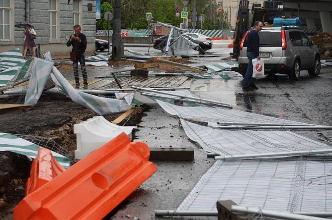 Сорванный ураганом заградительный забор на улице Остоженка в Москве