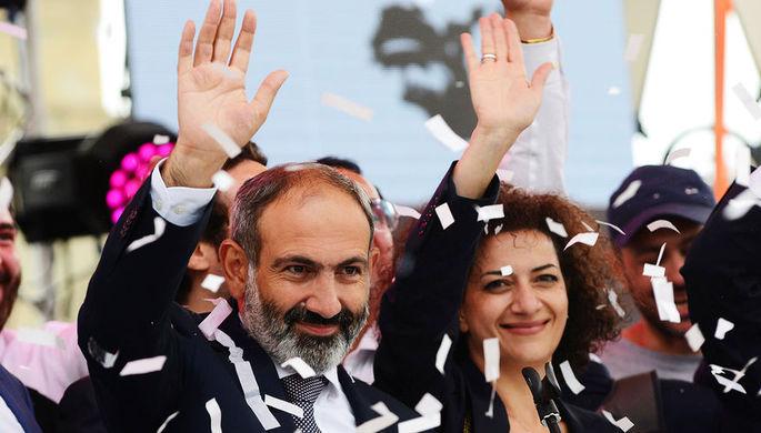 Глава оппозиционной парламентской фракции «Елк» Никол Пашинян с супругой Анной Акопян на...