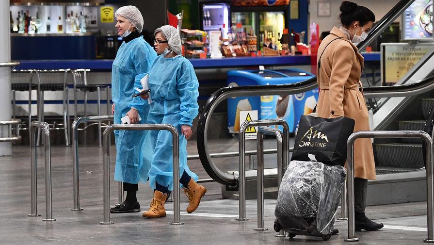 Пассажир в терминале F в международном аэропорту Шереметьево имени А. С. Пушкина в Москве, март 2020 года