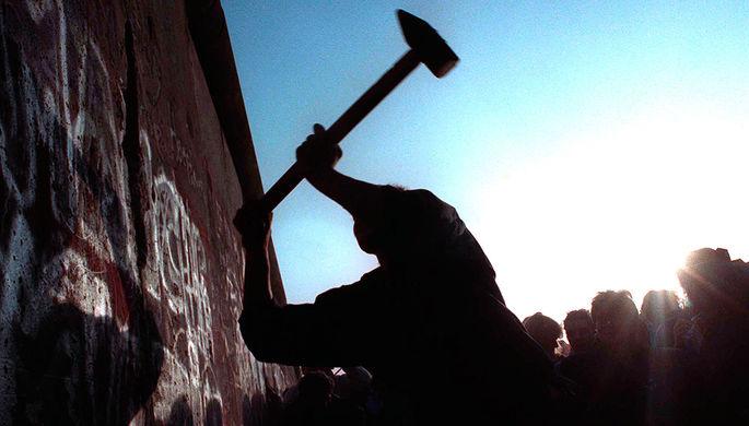 Человек разбивает Берлинскую стену, 12 ноября 1989 года