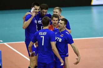 Игроки сборной России по волейболу празднуют заработанное очко в матче против Словении