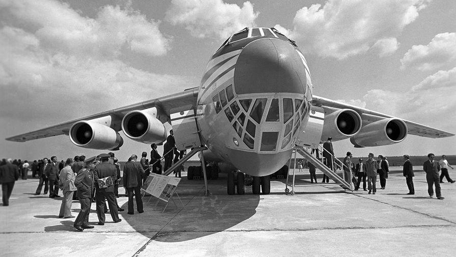 Советский транспортный самолет Ил-76 в московском аэропорту Домодедово, 1976 год