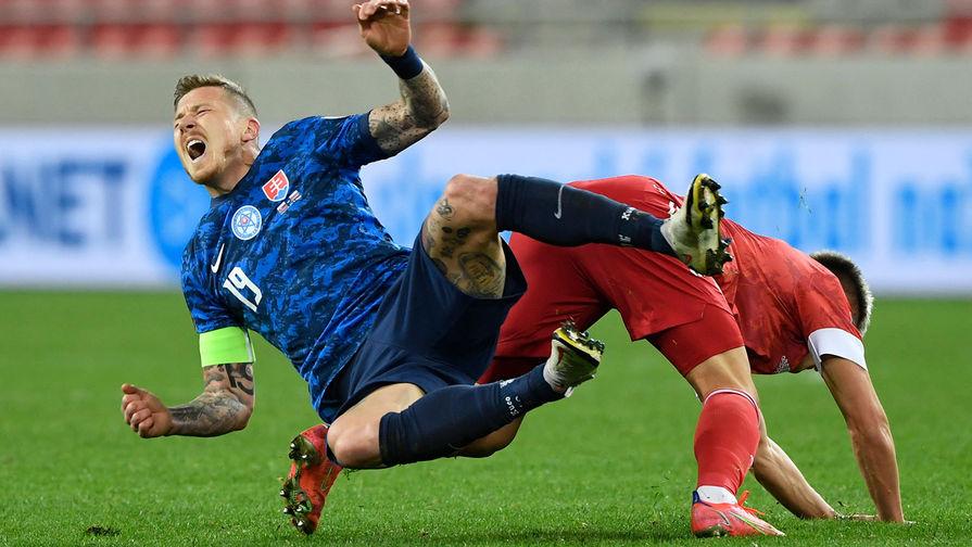 Юрай Куцка (Словакия) и Андрей Мостовой (Россия) во время матча отборочного турнира чемпионата мира по футболу 2022, 30 марта 2021 года
