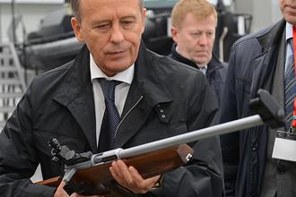 Глава ФСБ Александр Бортников во время осмотра образцов продукции концерна «Калашников» в Ижевске, 2016 год