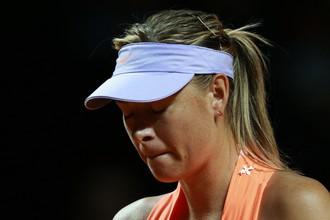 Российская теннисистка Мария Шарапова в полуфинальном матче одиночной встречи против Кристины Младенович (Франция) в матче WTA Porsche Tennis Grand Prix 2017 в Штутгарте