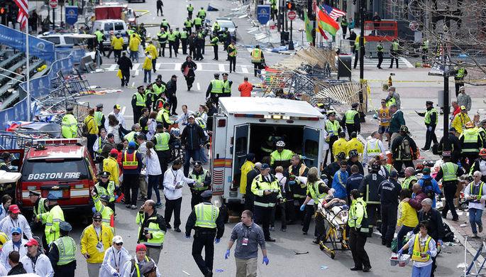 Медицинские службы на месте взрыва во время Бостонского марафона, 15 апреля 2013 года
