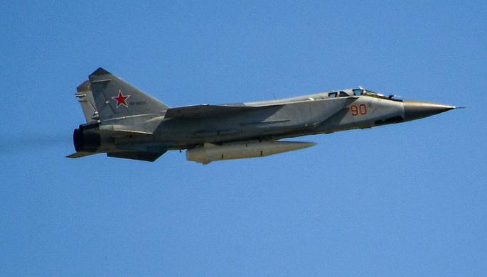 Многоцелевой истребитель МиГ-31 с гиперзвуковой ракетой «Кинжал» во время воздушной...