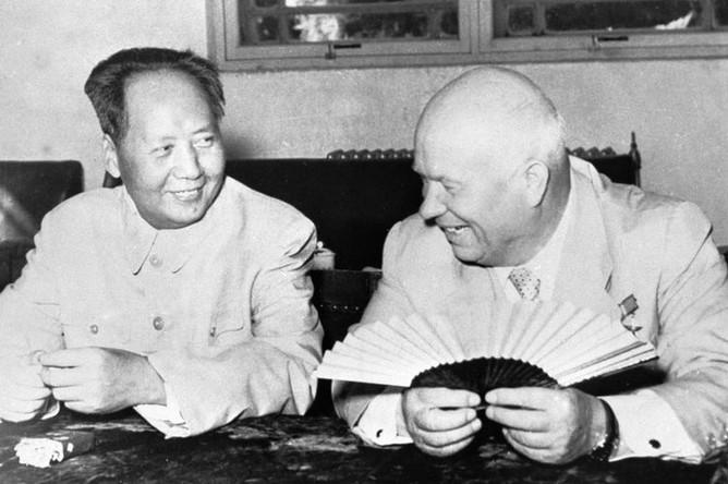Никита Хрущев после дружеской беседы с председателем КНР Мао Цзе Дуном в комнате ожидания в Пекинском аэропорту
