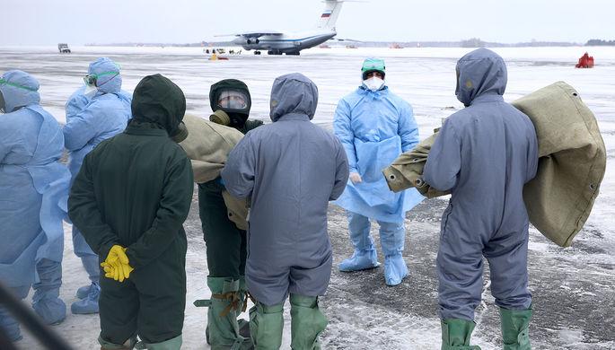Сотрудники оперативного штаба Тюменской области по профилактике коронавируса в аэропорту Рощино во время встречи самолета ВКС РФ ИЛ-76 с эвакуированными российскими гражданами на борту, прибывшими из китайского Уханя