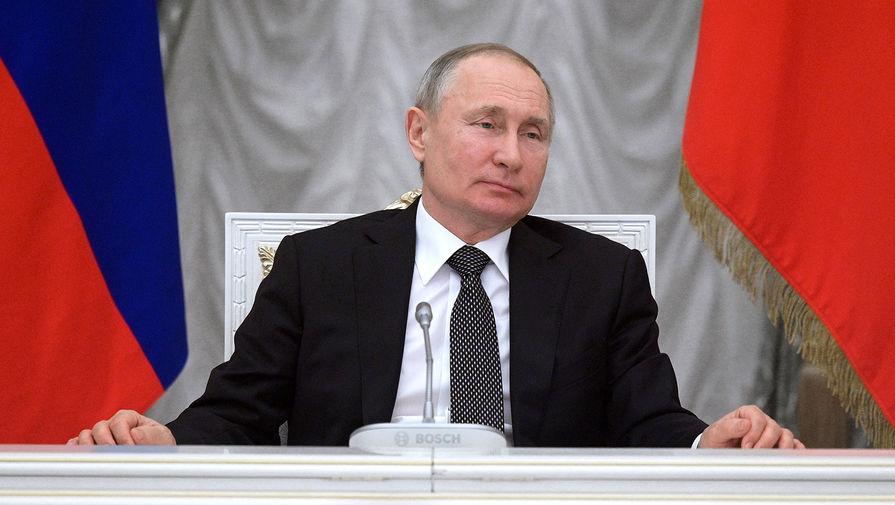 Президент России Владимир Путин во время встречи с членами рабочей группы по подготовке предложений о внесении поправок в Конституцию РФ в Кремле 26 февраля 2020 года